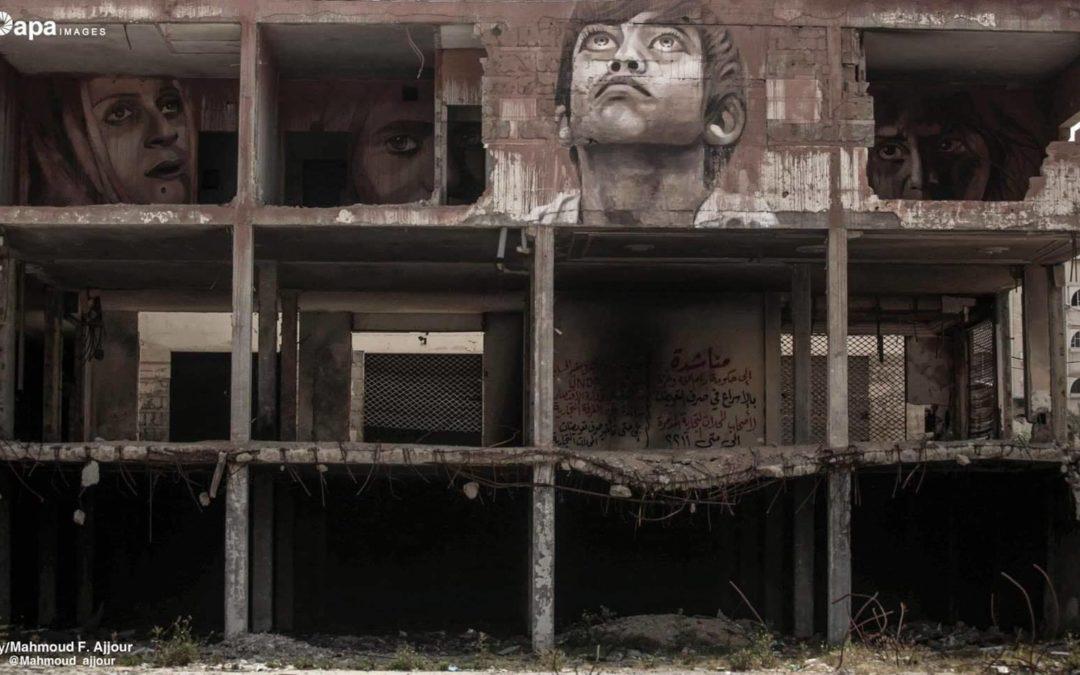 L'artiste palestinien Ali al-Jabali expose ses œuvres dans les décombres de Gaza