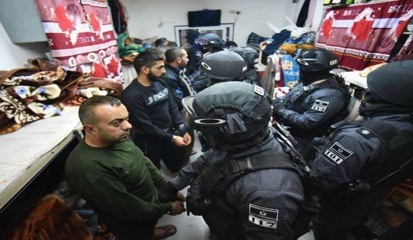 L'occupation israélienne prend d'assaut des sections de la prison d'Ofer et menace des prisonniers palestiniens