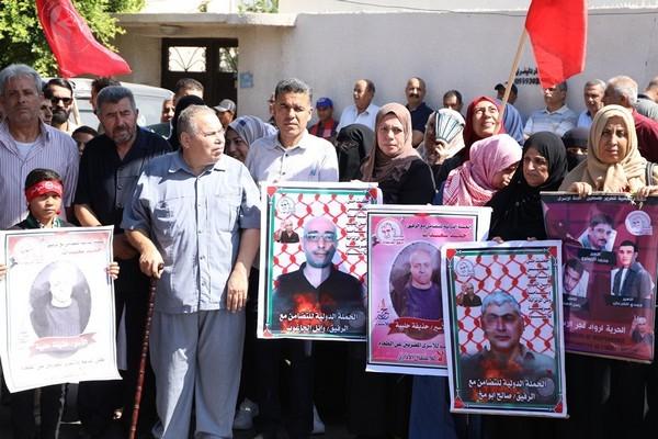 Des dizaines de prisonniers palestiniens lancent une grève de solidarité alors que des manifestations soutiennent les grévistes de la faim