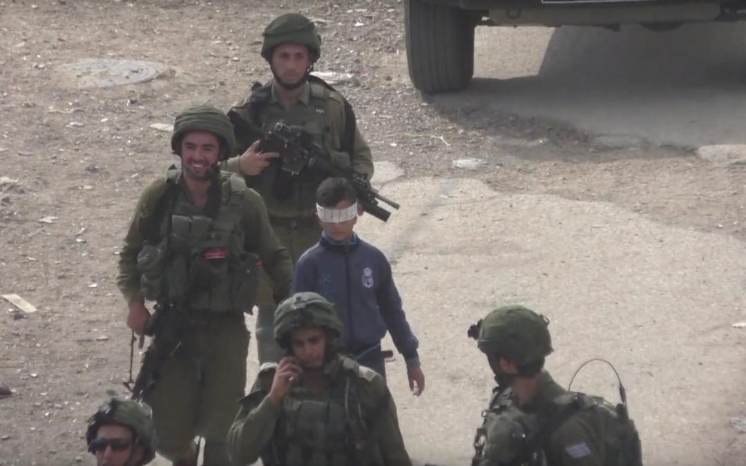 Des soldats israéliens arrêtent un Palestinien de 13 ans et le conduisent autour d'Hébron avec les yeux bandés