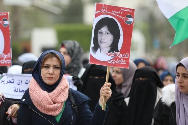 Khalida Jarrar continue de résister aux attaques israéliennes et aux tribunaux militaires truqués